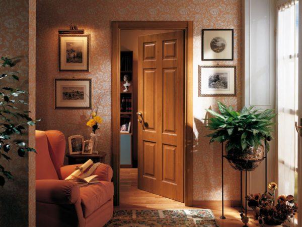 Филёнчатые деревянные двери в квартире