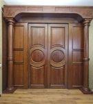 Дверь с декоративным порталом