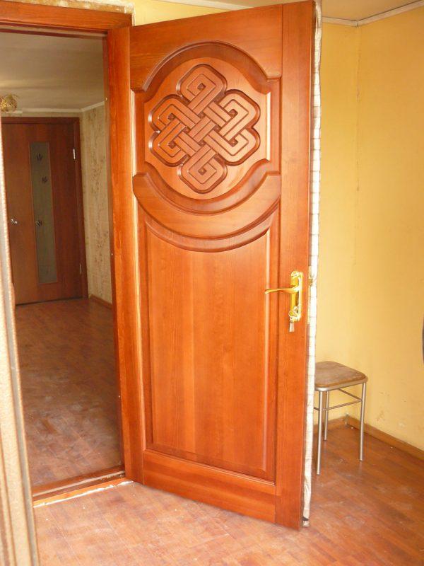 Распашная дверь с резьбой