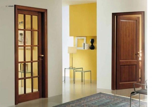 Стеклянная и глухая двери в помещении