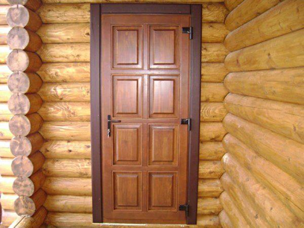 Деревянная входная дверь в частном доме