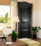 Чёрная дверь в интерьере