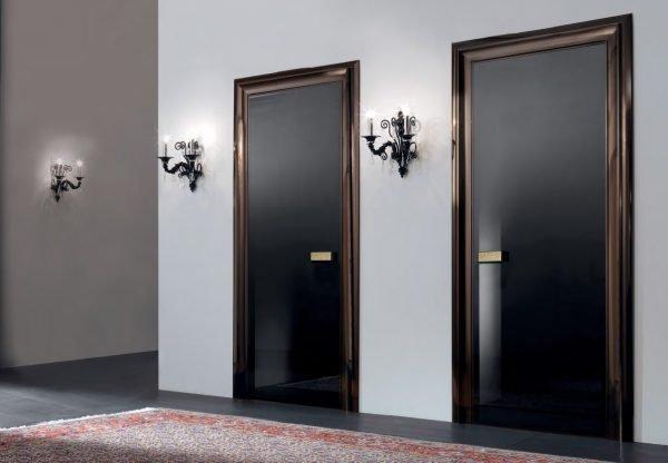 Чёрная стеклянная дверь в деревянной раме