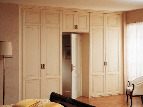 Встроенный шкаф с распашными дверями