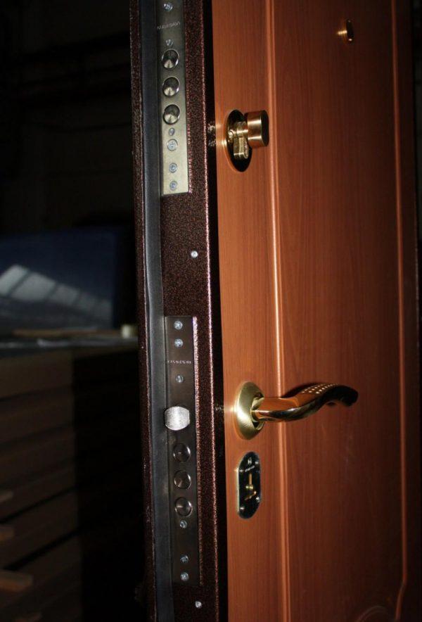 Металлическая дверь с притвором