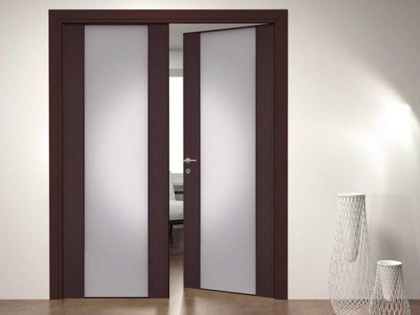 Оригинальные распашные двери с матовым стеклом