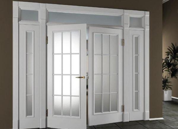 Белые двустворчатые двери со стеклом