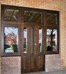 Входные двустворчатые двери из древесины