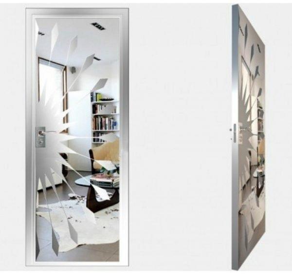 Зеркальная дверь с пескоструйным декором