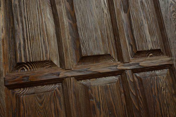 Поверхность брашированных дверей