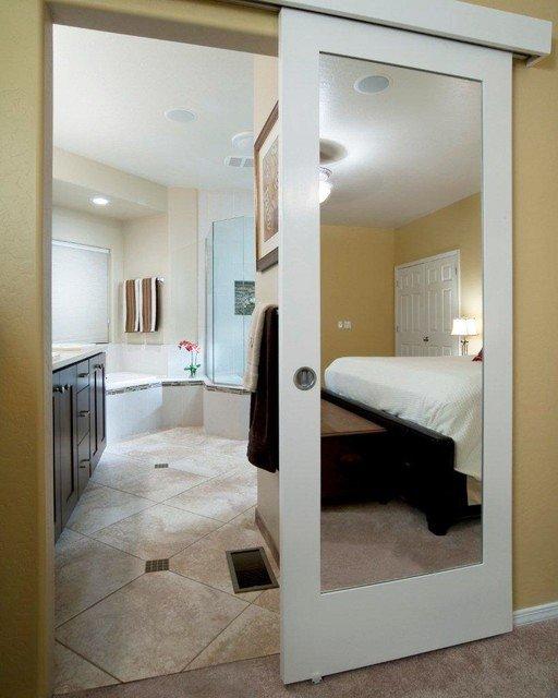 Зеркальная дверь в санузел