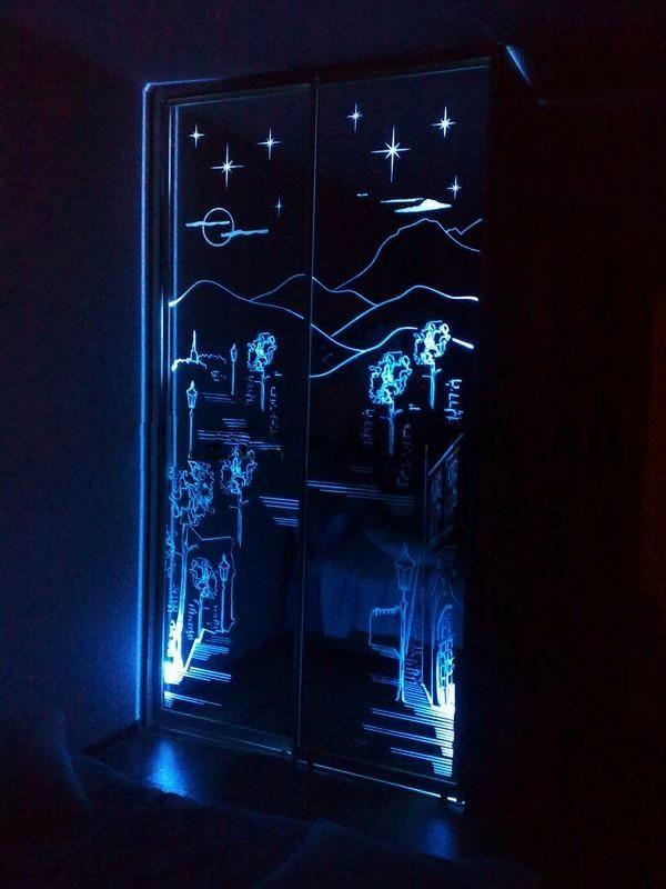 Зеркальные двери с подсветкой