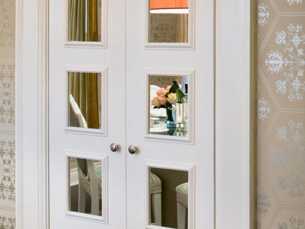 Дверь с зеркальными квадратами
