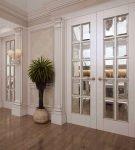 Двойная зеркальная дверь в классическом стиле