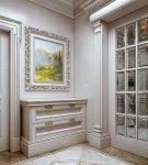 Зеркальная дверь в классическом интерьере