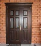 Входная дверь из массива древесины