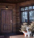 Тёмная деревянная дверь