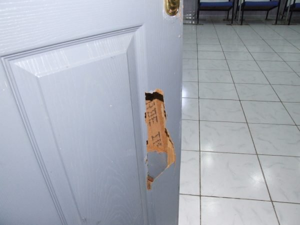 Дыра в двери