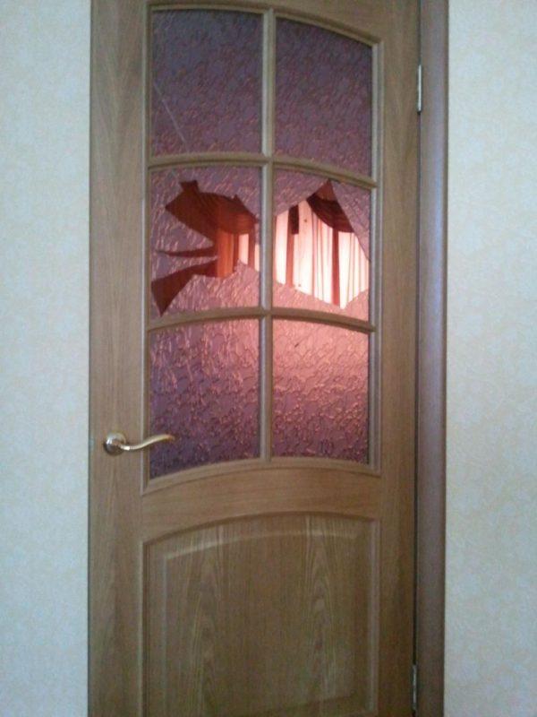 Разбитое стекло в двери