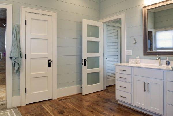 Двери МДФ в ванной комнате