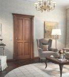 Коричневая дверь классического дизайна