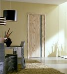 Дверь нейтрального древесного цвета