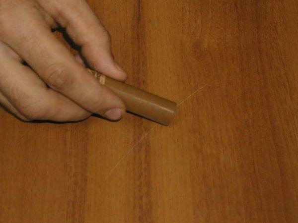 Маскировка царапины на деревянной двери