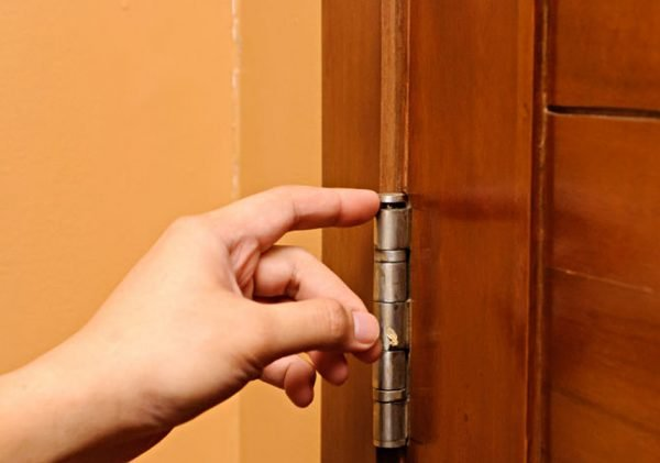 Расшатанные дверные петли
