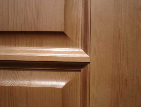 Филёнчатая деревянная дверь