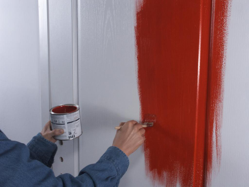 Какую краску выбрать для деревянной двери