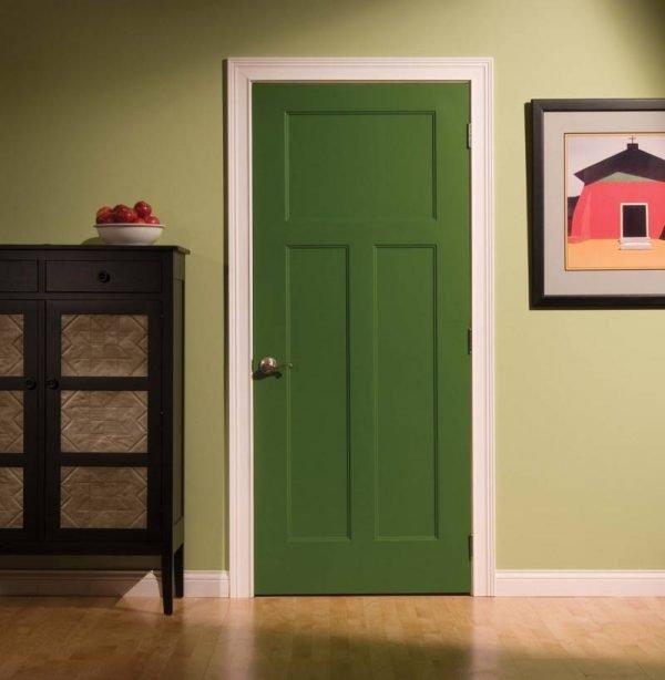 Яркая деревянная дверь