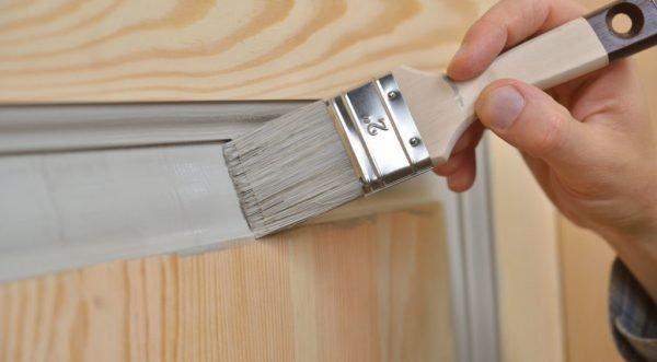 Окрашивание двери кистью
