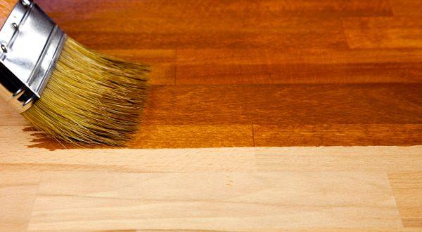 Окрашивание лаком древесины