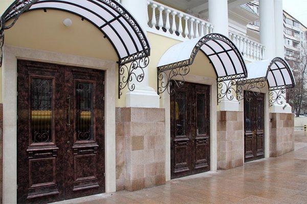 Входные двери ресторана