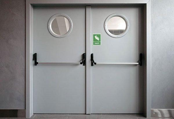 Маятниковая дверь с иллюминатором
