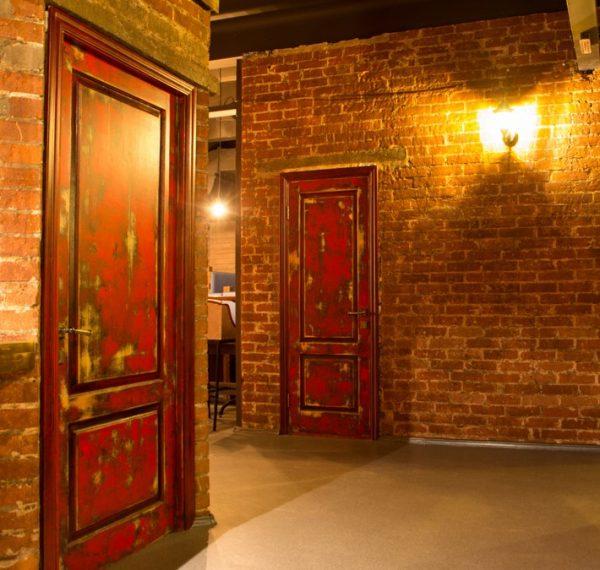 Двери в подсобные помещения ресторана