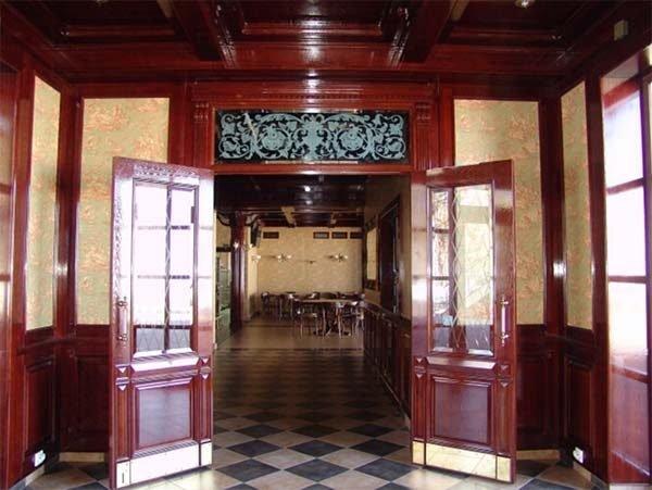 Двустворчатые двери большого ресторана