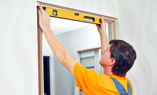 Проверка ровности дверного короба