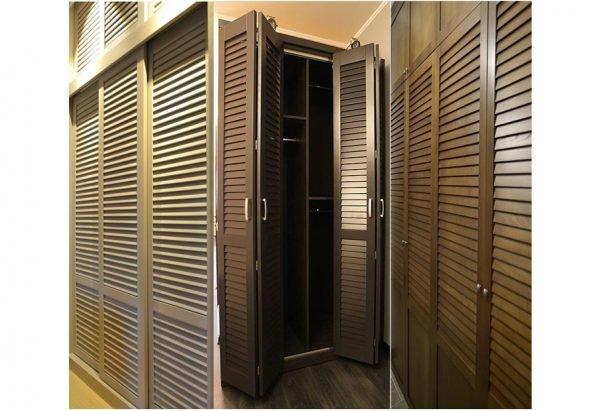 Жалюзийные двери в гардеробной комнате