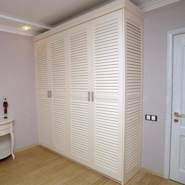 Шкаф из жалюзийных стенок и дверей