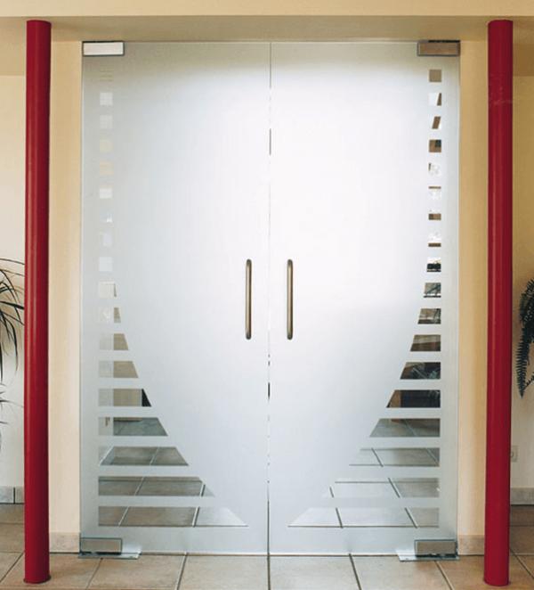Стеклянные двери в коридоре