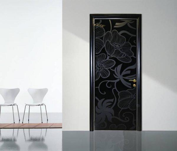 Чёрные стеклянные двери