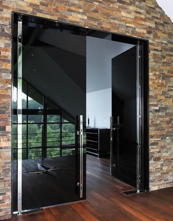 Вариант стеклянной двери в общественном помещении