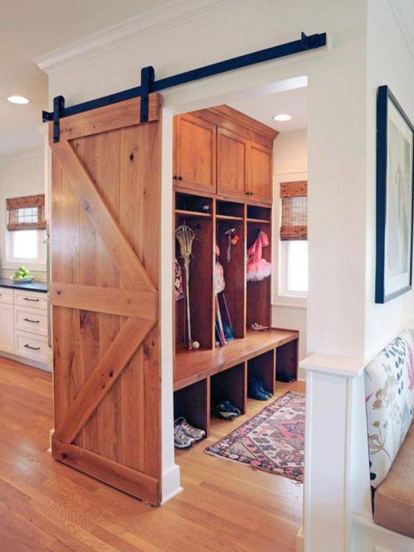 Амбарная деревянная дверь