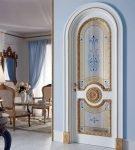 Дверь арочного типа с отделкой