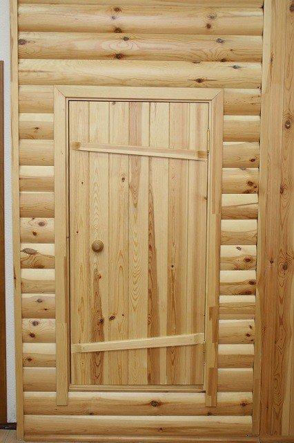 Деревянная дверь с порогом