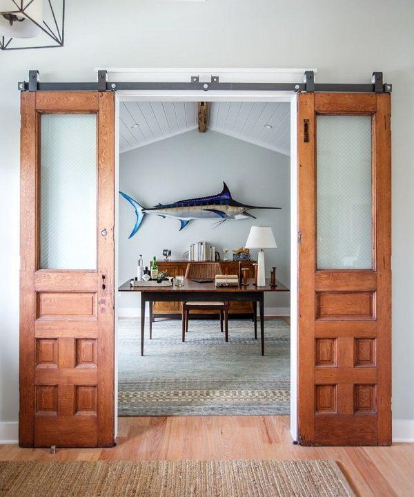 Амбарная двустворчатая дверь в классическом стиле