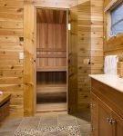 Сочетание стекла и древесины в бане