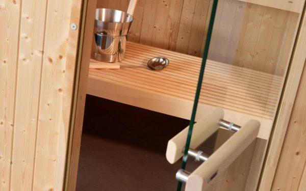 Дверь из прозрачного стекла в бане