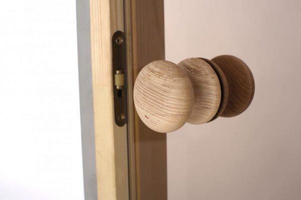 Деревянная дверная ручка на стеклянной двери